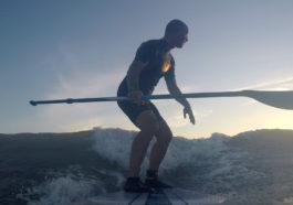 Surfer avec un paddle